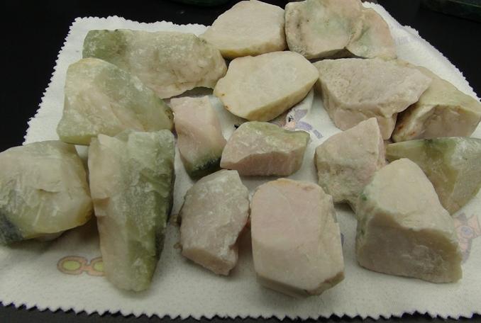 南阳独玉独山玉透水白粉红芙蓉红色16个小块原石玉料